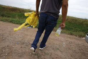 Foto 5. Los empleados de funerarias se encargan de exhumar cuerpos de fosas clandestinas en el norte de Sinaloa. Crédito_ Marcos Vizcarra