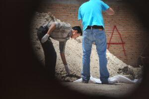 Foto 5. En la colonia valle de guadiana del estado de Durango los peritos del SEMEFO encuentran mas restos humanos, en 3 fosas clandestinas. Crédito_ Jorge Valenzuela