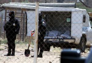 Foto 6. Peritos del Semefo buscan en los cuerpos encontrados en las fosas clandestinas alguna identificación que les pueda ayudar con la investigación. Crédito_ Jorge Valenzuela