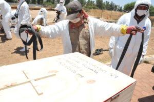 Foto 7. Restos humanos que fueron encontrados en fosas clandestinas son sepultados como personas desconocidas en el panteón valle de los sabinos en Durango. Crédito_ Jorge Valenzuela