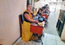 Artesana zapoteca enseña el arte de la cadenilla para que jóvenes hereden este oficio