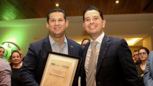 IMG_5 (El gobernador Diego Sinhue Rodríguez Vallejo acompañando al empresario Gabriel Padilla Foto_ Especial)