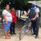 En bicicleta maestro de Oaxaca lleva clases a estudiantes que no tienen internet ni celular
